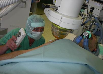 El Dr Wolfgangf Schaden aplicando en Viena ondas de choque en una tendinopatia calcarea de hombro en el año 2000, con equipos de alta energia y bajo anestesia general. (Foto cortesia del Dr Carlos Leal)